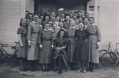 V_169_6_Lotta_Svard_-jarjeston_lopettajaiset_Kaavin_kirkonkylassa_syksylla_1944
