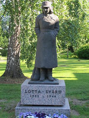 Lotta-patsas Tuusulassa Lottamuseon puutarhassa.