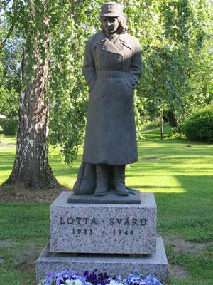 Lotta-patsas Tuusulassa Lottamuseon puutarhassa Valok. P. Auruksenaho 2