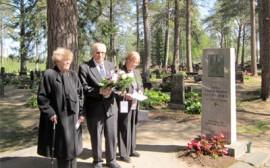 Perinnekillan jäsenten kunniakäynti ja kukkalaitteen lasku Lotta-Svärdin pitkäaikaisen puheenjohtajan Fanni Luukkosen haudalle