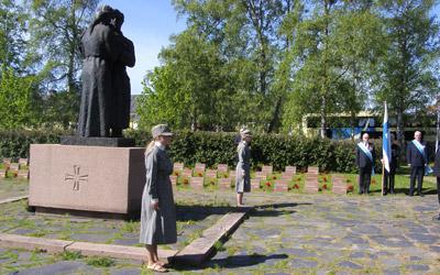 8.6.2008 Raahen Suojeluskunta- ja Lotta Svärd-piirin Perinnekillan kesäjuhla ja Oulunseudun Sotilaspoikien Kirkkopyhä. Seppeleenlasku Raahen sankarihaudalla.