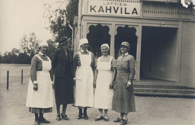 V497 2 Lottakahvila ja lottia v. 1938